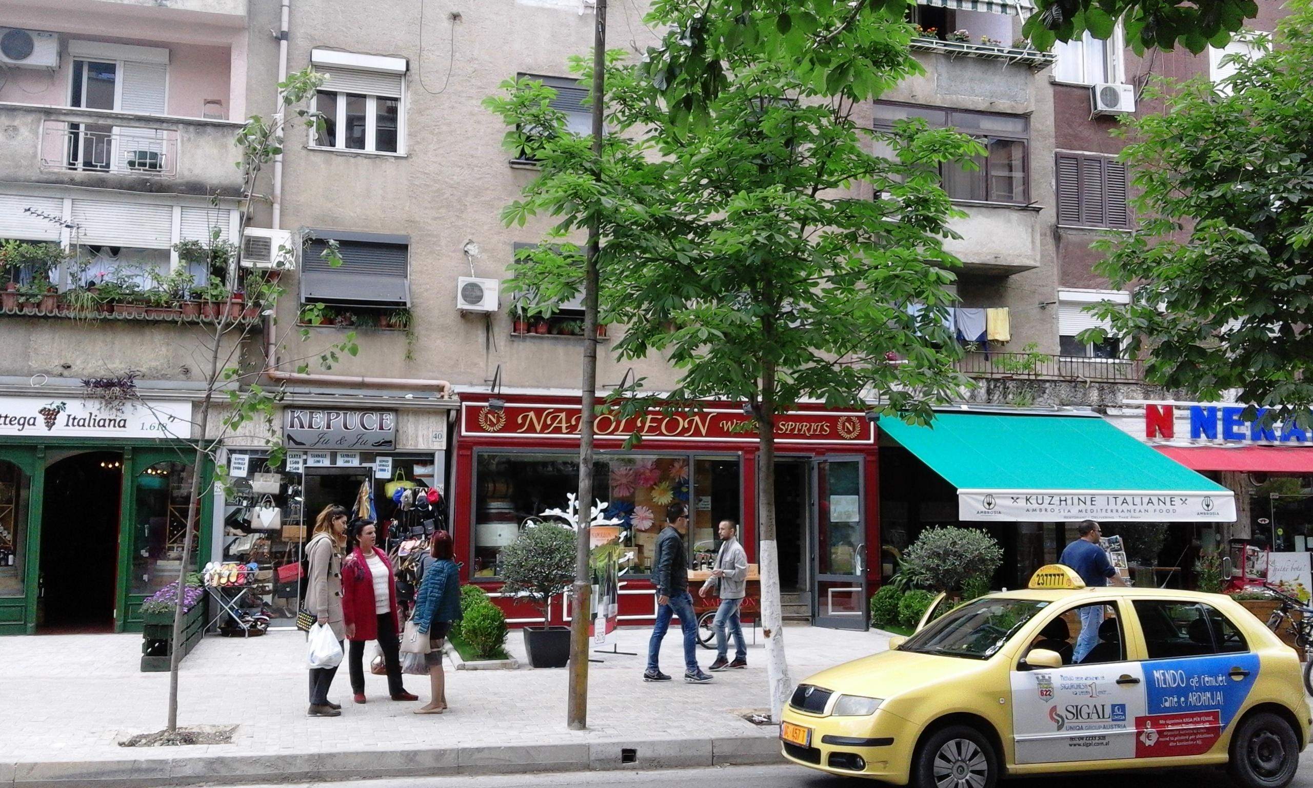 Sami Frasheri utca. A Napoleon üzlet kirakata mutatja, hogy francia termékek is kaphatók bőségesen, és megfér a francia bolt két olasz között. (Fotó: Jani haverja)