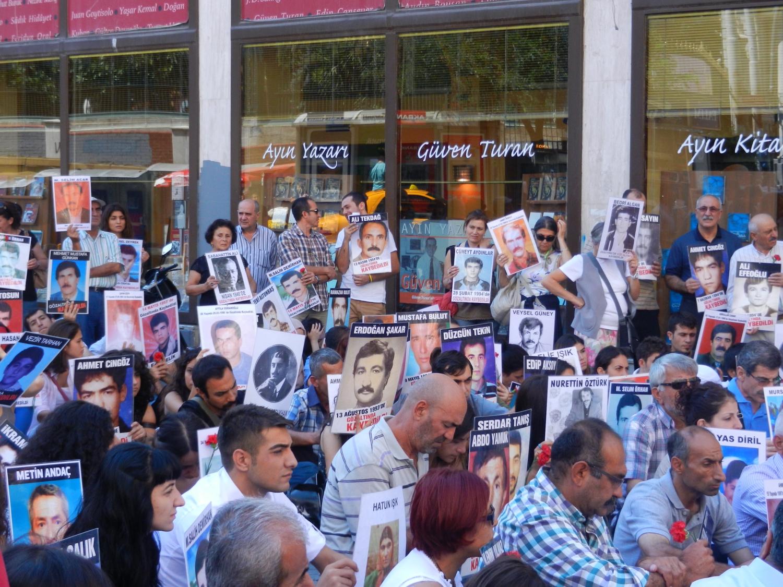 A 2013-as kormány ellenes tüntetésekkor Törökország szerte hatalmas megmozdulások voltak. Isztambulban, az Istiklal Caddesin az áldozatok családjával szolidaritást vállalók csendes, ülő tüntetést tartottak. - (Fotó: Orosz Joli)