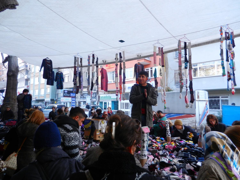 Törökországban még mindig nagy divat a piacokon való vásárlás. Tematikus napok vannak, hétfőn pl. műszaki cikket, kedden ruhát, hétvégén friss zöldséget árulnak. Nagyon hangulatosak ezek a piacok, nagyon klassz program turistaként is. - (Fotó: Orosz Joli)