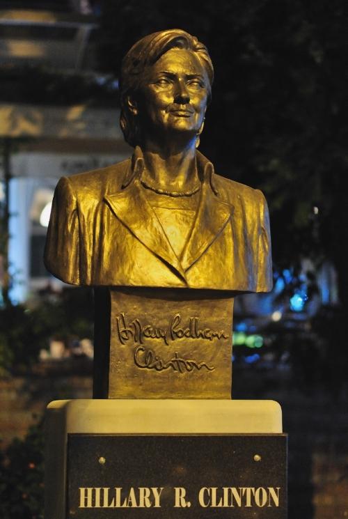 Hillary Clintonnak Sarandában állítottak szobrot (Fotó: Pénzes Géza)