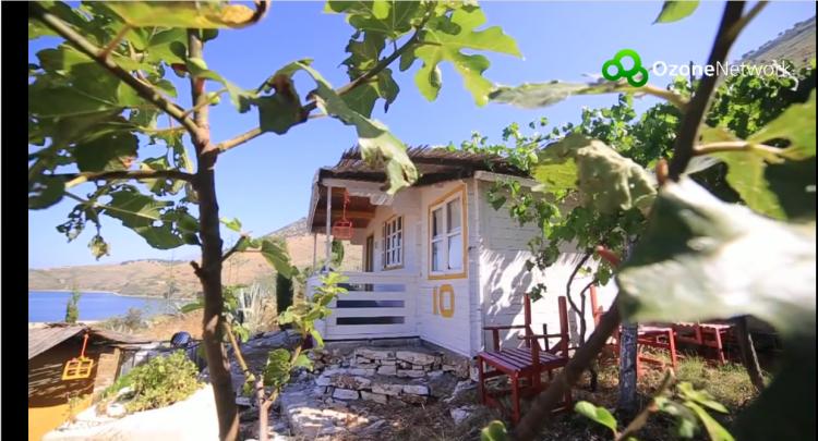 A kis bungalók várják a nyaralókat (Fotó: OzoneUtazás - Albánia (YouTube))