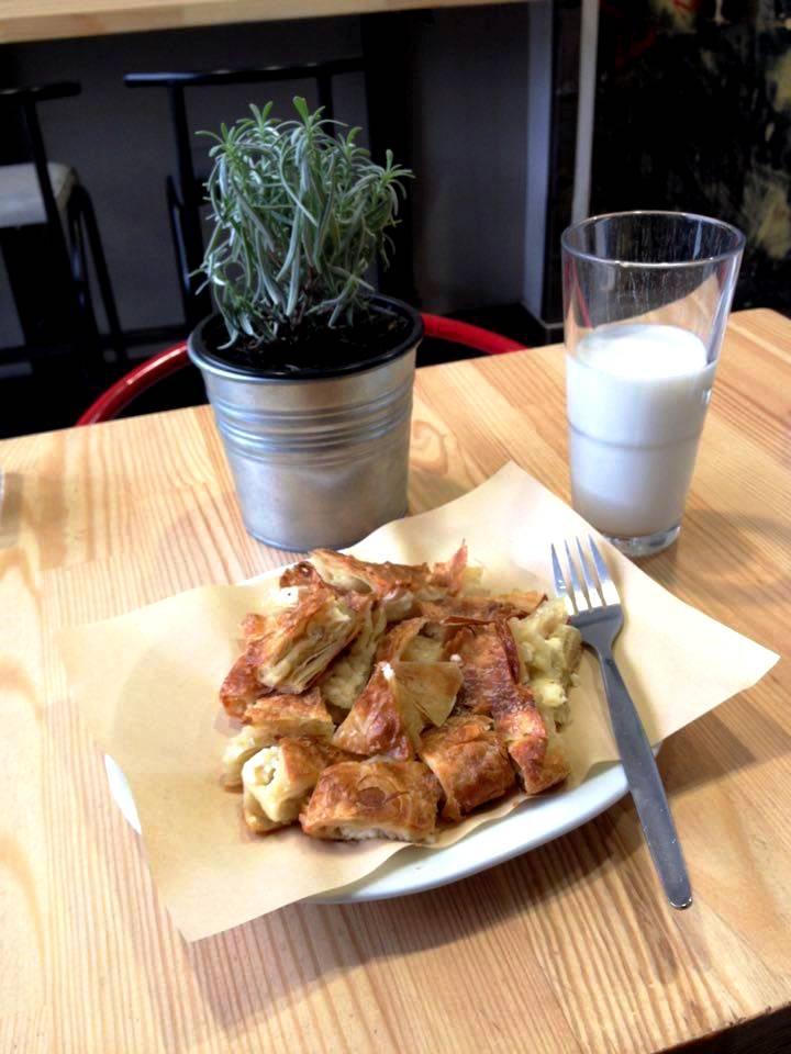 Bougatsa egy pohár tejjel egy reggelizőben (Fotó: Sztogi)