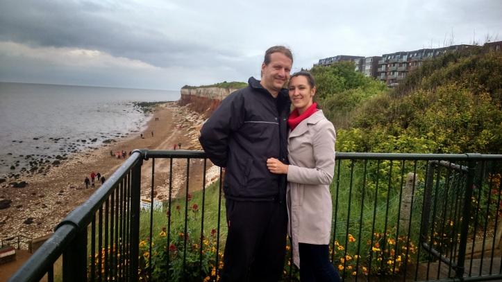 """Hidegben, kabátban a tengerparton Anglliában. """"Csodaszép a hely, de gyorsan csináld a fotót, mert szétfagyunk."""" (Fotó: Fodor Andi)"""