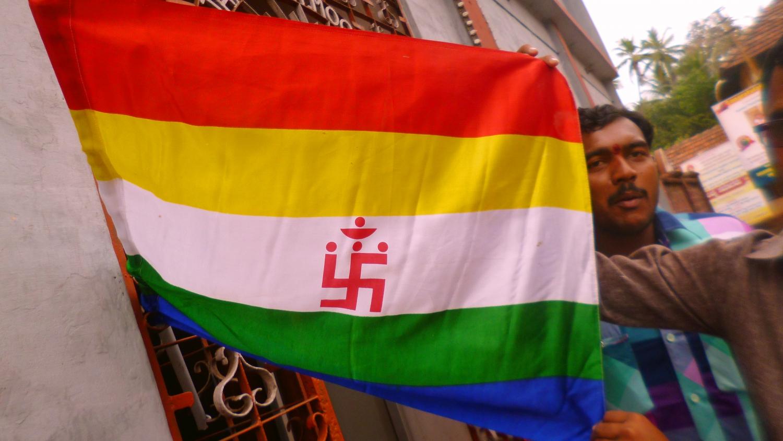 A dzsain zászló Moodrabidriben, az Ezer Oszlop Templomának városában. A dzsainizmus az egyik legősibb vallás Indiában. A zászló színei jelképezik a vallás öt alaptételét, melyek az erőszakmentes, tiszta életet testesítik meg. - (Fotó: Szabó Rolasd)
