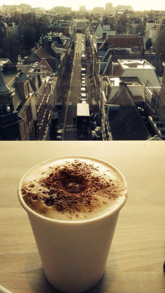 Egy jó kávé elengedhetetlen. Egy jó kávé az amszterdami háztetők felett: feledhetetlen! - (Fotó: Békési Barbara)