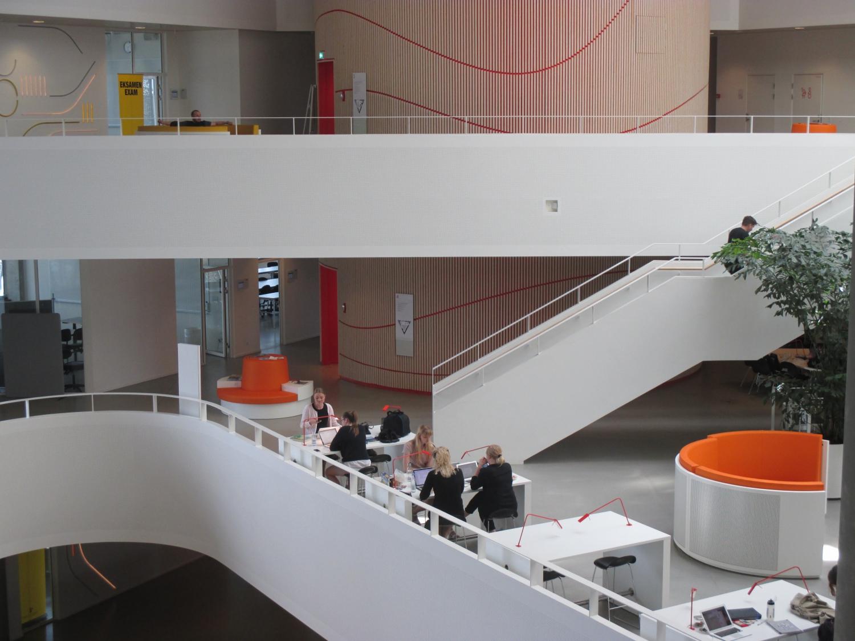 Péntek késő délután a Syddansk Universitet-en – majdnem kiürült a campus. Igazából függetlenül attól, hogy az ember reggel, délben vagy este, hétköznap vagy hétvégén megy-e az egyetemre, mindig lehet néhány diákot találni az épületben. - (Fotó: Könyves Viki)