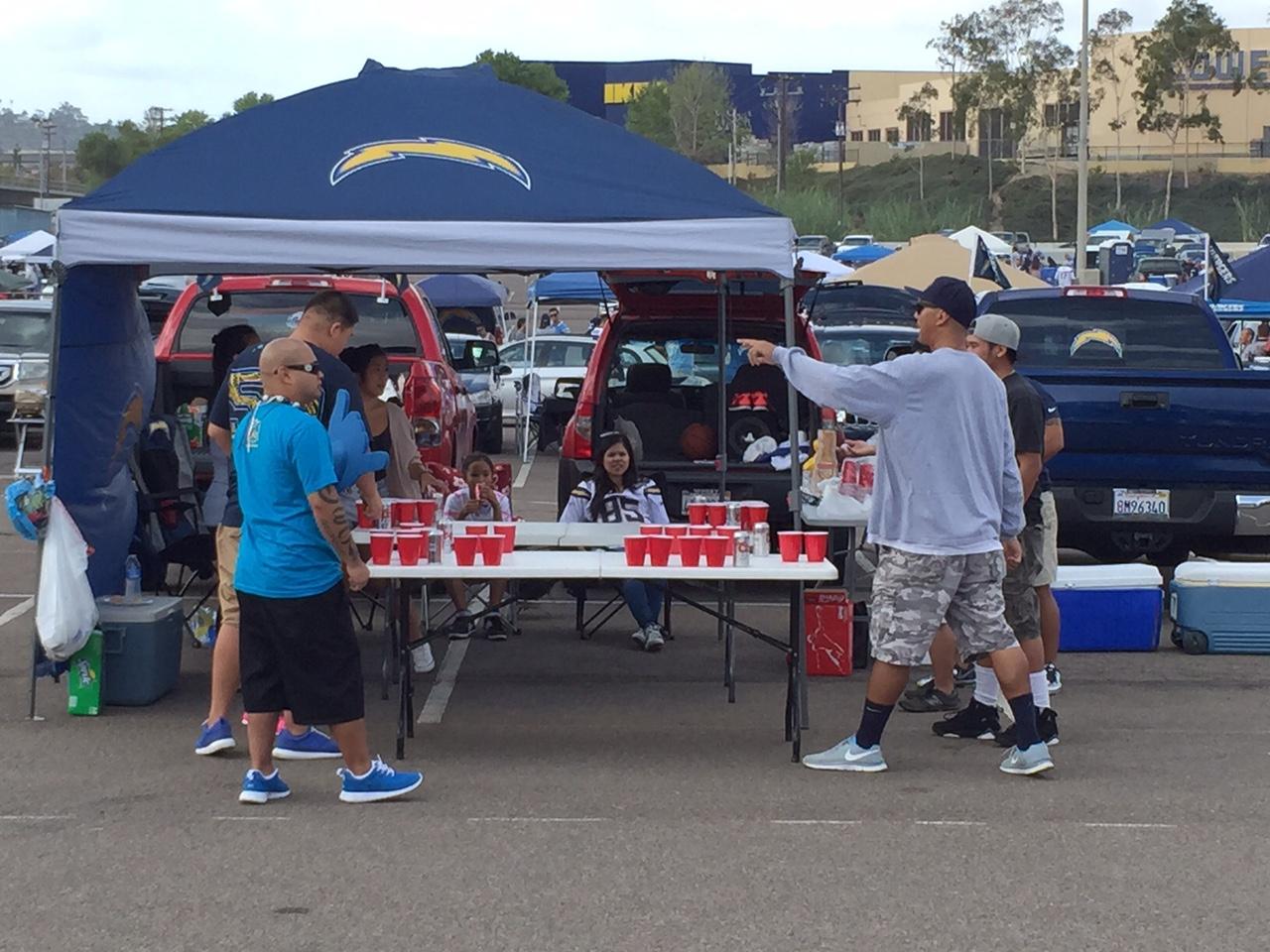 """Qualcomm Stadium, San Diego, CA – """"Beer Pong"""". Ping-pong labda és sörrel töltött poharak, kiváló iszogatós csapatjáték (Fotó: PrehryFarkas)"""