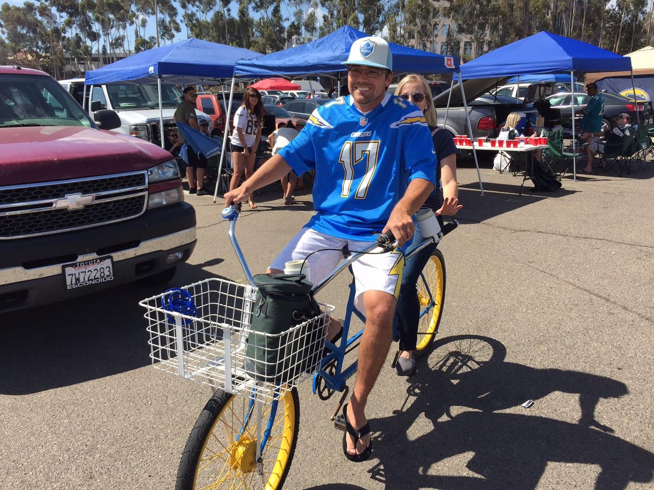 Qualcomm Stadium, San Diego, CA – Chargers tandem bicikli a legjobb páros közlekedési eszköz a tömött parkolóban (Fotó: PrehryFarkas)
