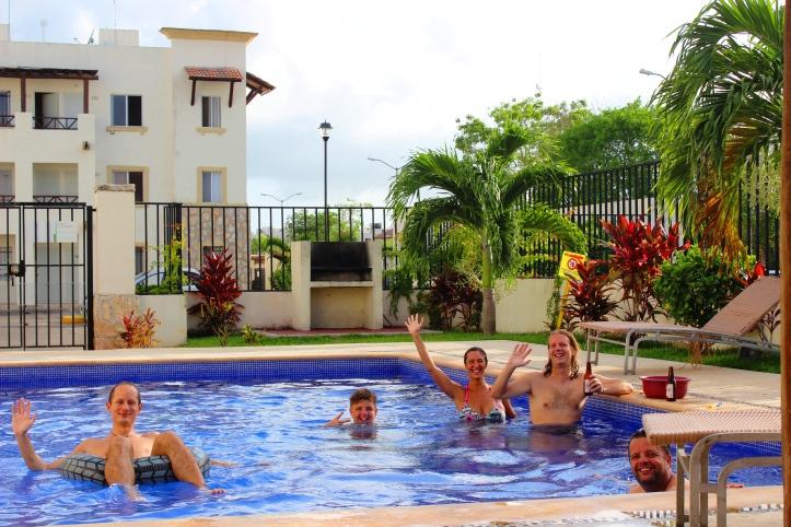 Amikor öt magyar összetalálkozik Mexikóban: csinál egy medencepartit. (Fotó: Fodor Andi)