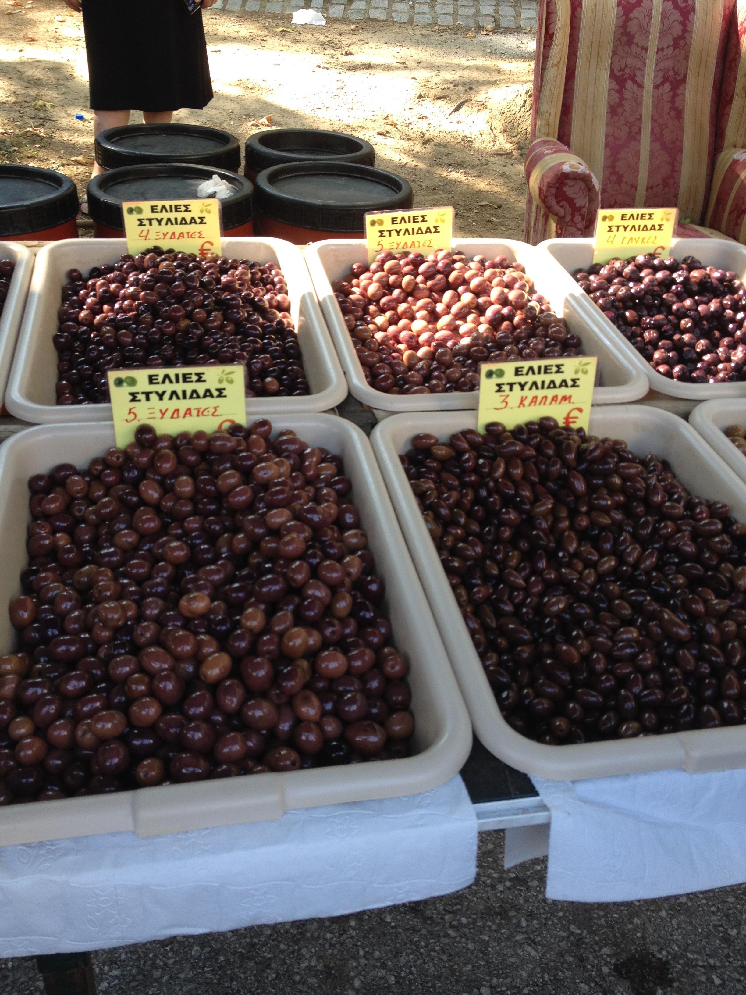 Különböző fajtájú olívabogyók az edessai piacon (Fotó: Sztogi)