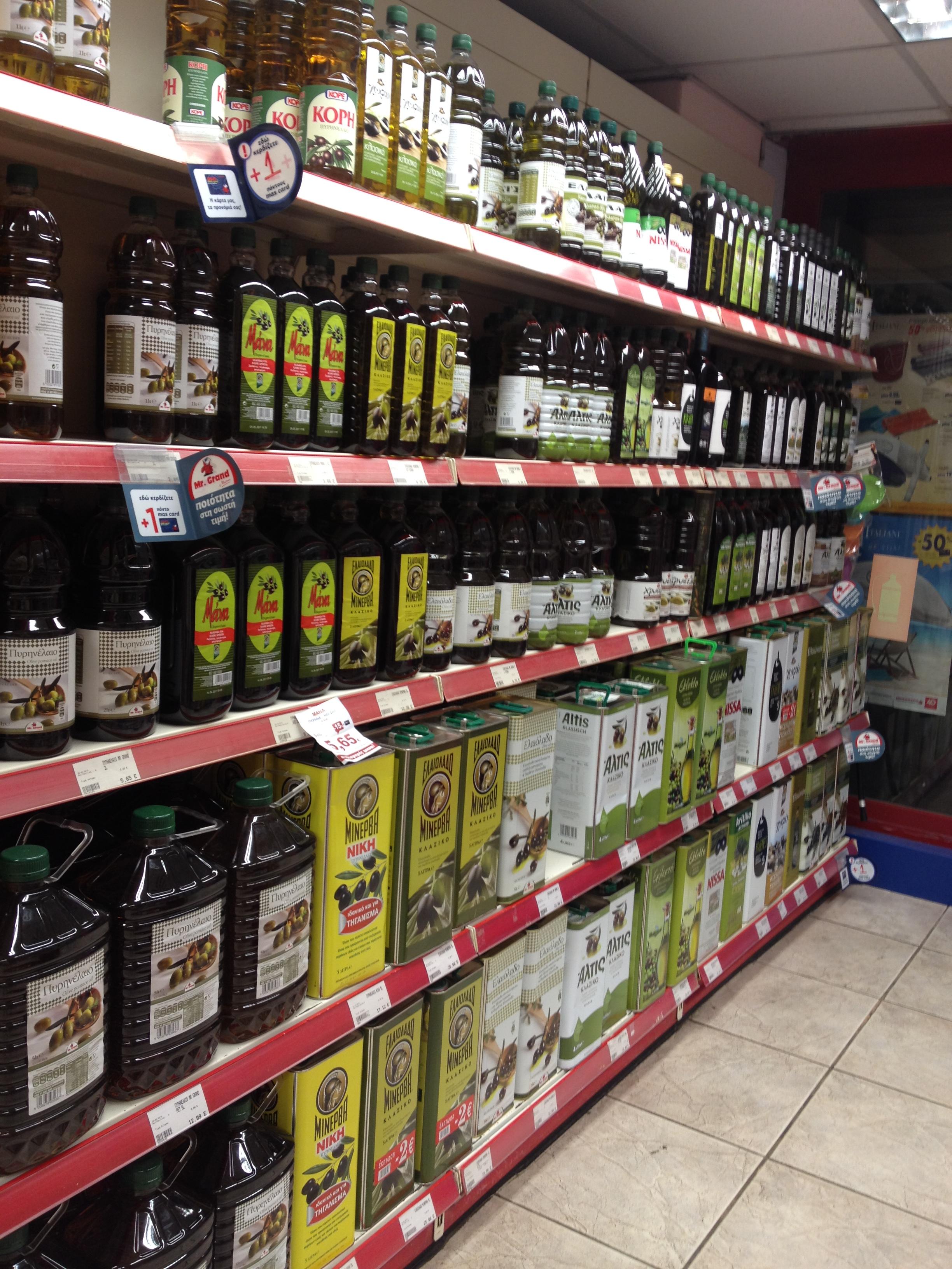 Egyik belvárosi élelmiszerbolt olívaolaj kínálata: a szupermarketekben ennél is nagyobb választékkal találkozhatunk. (Fotó: Sztogi)