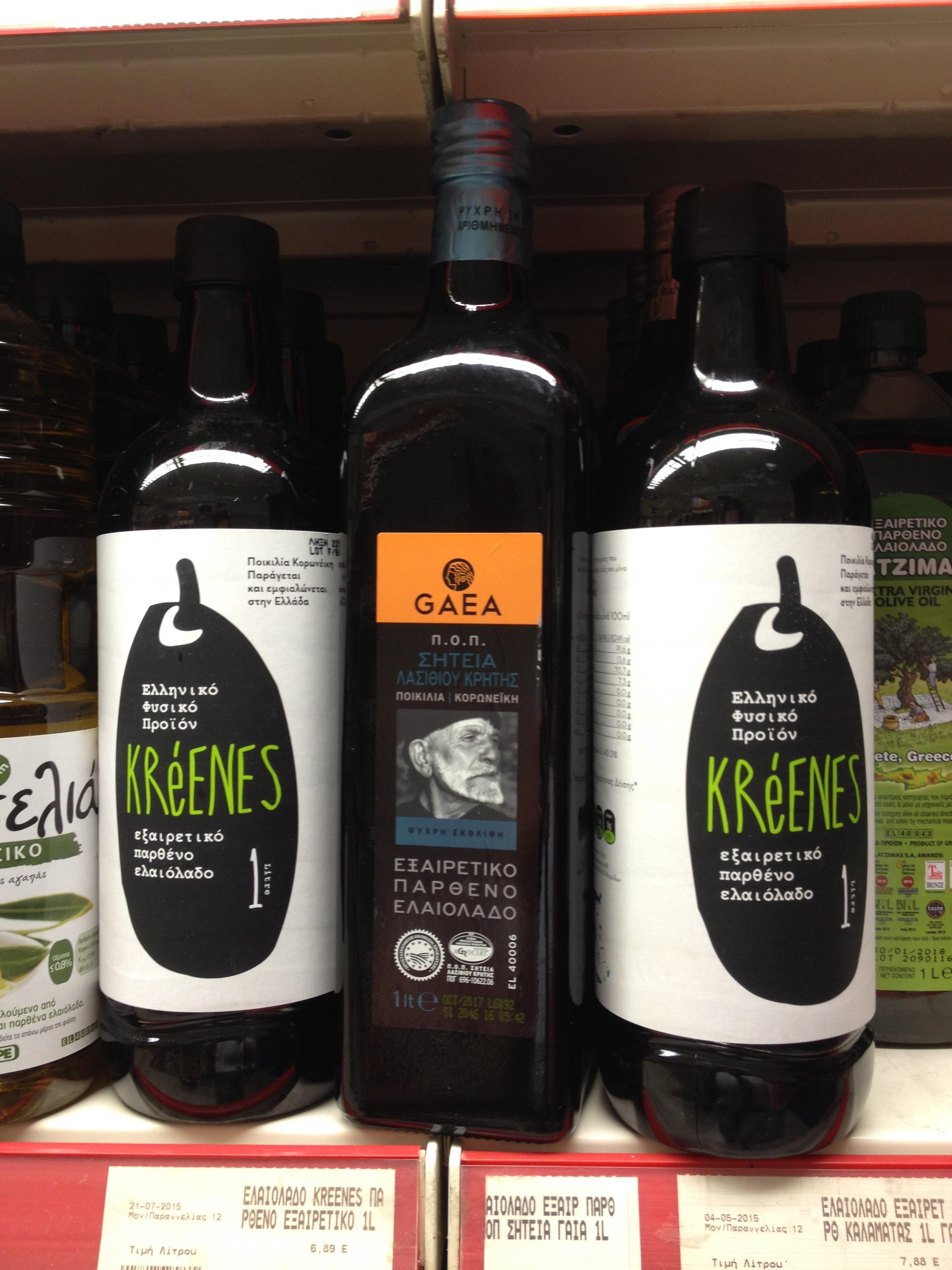 Extra szűz olívaolajak: a fehér címkés Kalamátáról, a fekete Krétáról (Fotó: Sztogi)