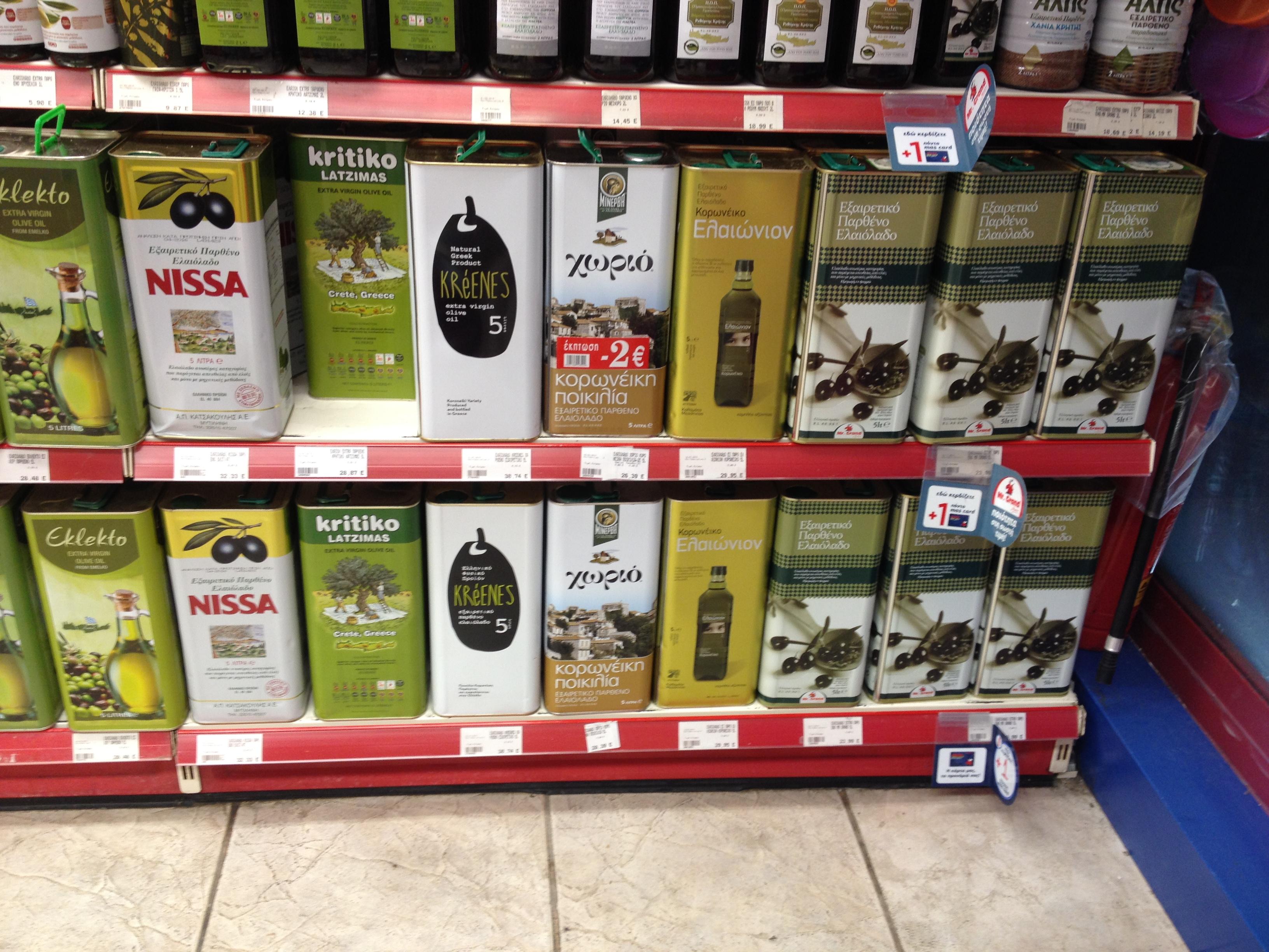 5 literes fém tégelyekben extra szűz olívaolajok: krétai, koroneiki és egyéb olajbogyó fajtákból. (Fotó: Sztogi)