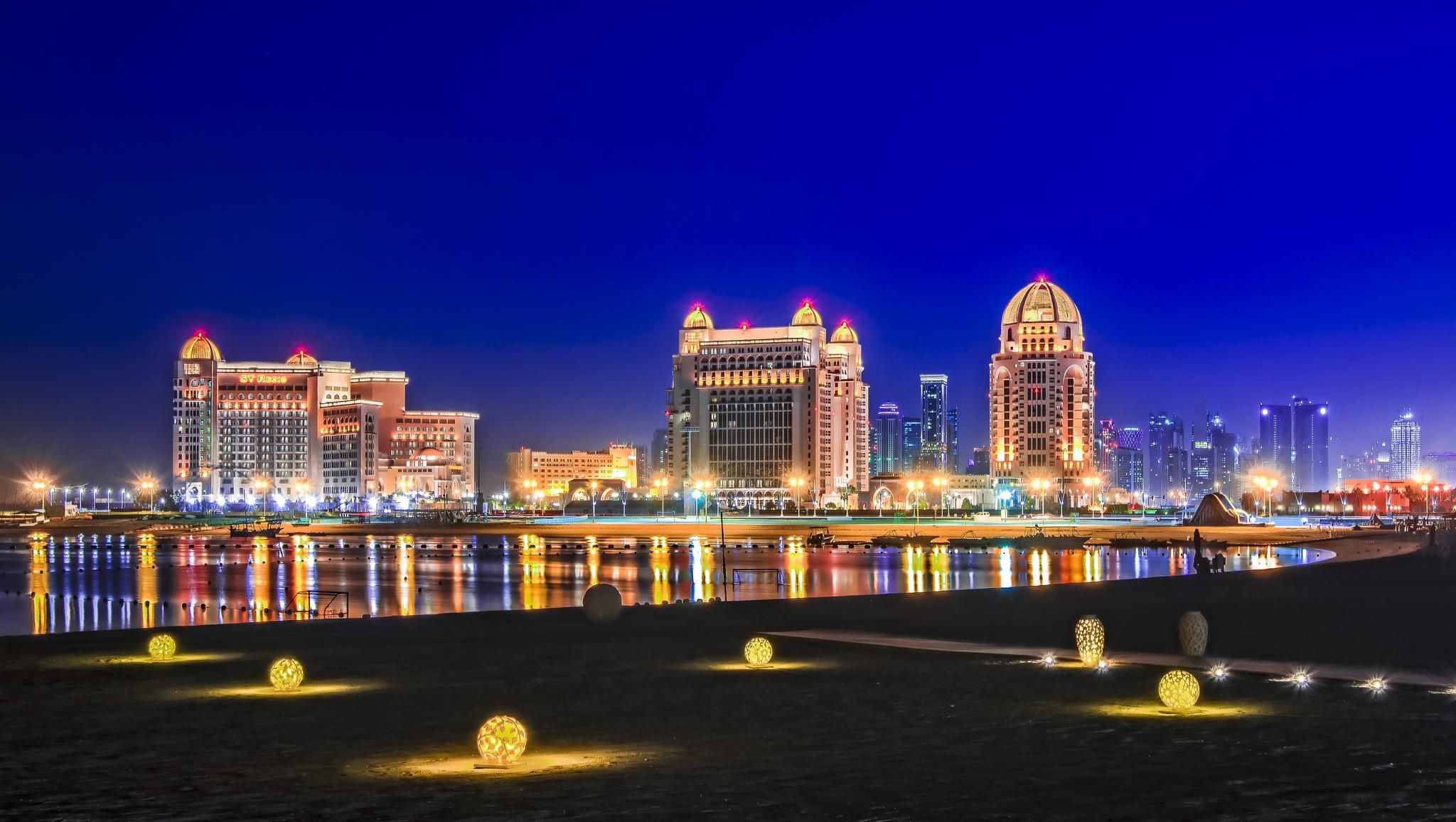 Fényekben úszó Doha a Katara tengerpartról (Fotó: Flickr/Jonybraker)
