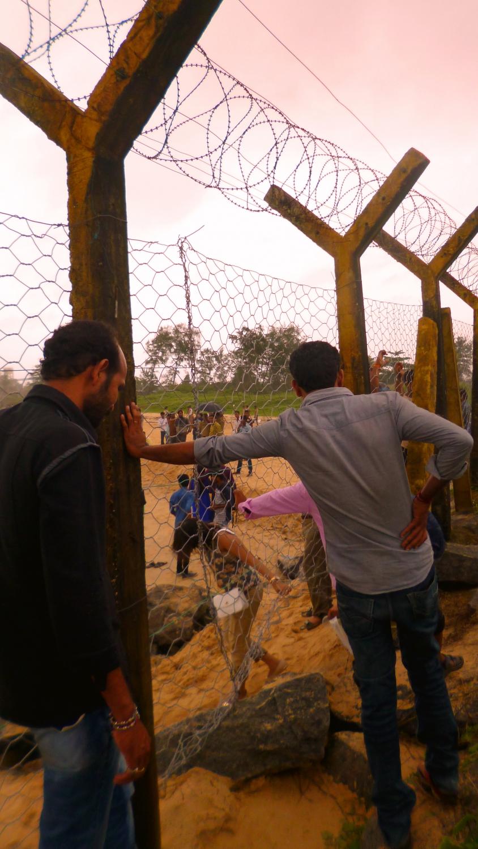 Karnataka állam legnagyobb kikötőjét egy kerítés választja el Mangalore legnépszerűbb strandjától, a Panambur Beachtől, mely kerítés nem jelent akadályt a tengert, a hullámokat és a mólót korlátok nélkül élvezni kívánó helyiek számára. A kép elkészülte után néhány perccel gépfegyveres rendőrök kísértek vissza a strandra. - (Fotó: Szabó Rolasd)
