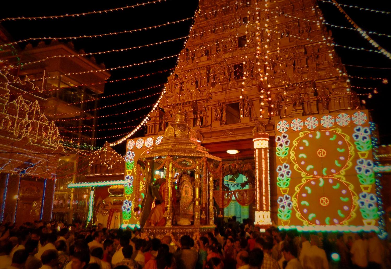 """Az egyik legnagyobb hindu fesztivált, a Mahashivaratrit (""""A nagy Síva Úr Éjszakája"""") ünneplő tömeg a Kudrolli templomban, Mangalore-ban. A hinduk előszeretettel ünnepelnek színes kijelzők, LED és iszonyatos, már-már elviselhetetlen mennyiségű/minőségű zaj társaságában, miközben például a szekér-tolás hagyománya is él. - (Fotó: Szabó Rolasd)"""