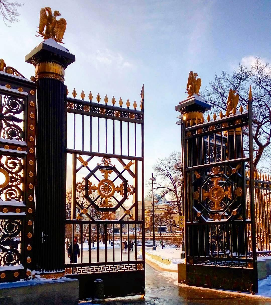 A Sándor kert kapuja a Manézs térről (Fotó: Takácsy Dorka)