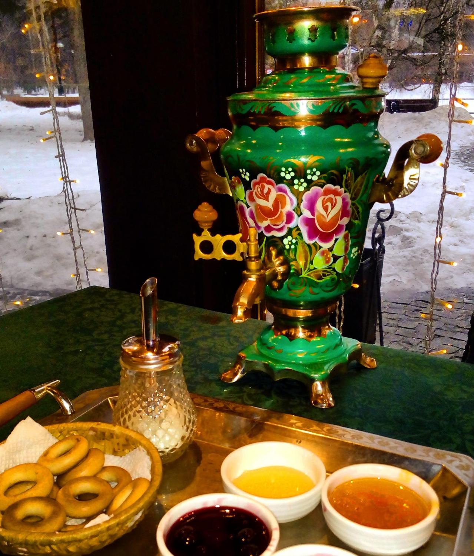 Díszes szamovár és hozzá tradicionális rágcsálnivaló (szuhariki) (Fotó: Takácsy Dorka)