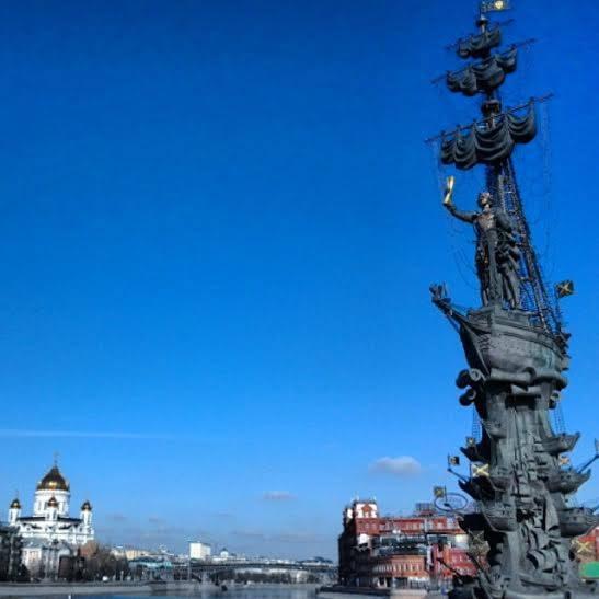 Nagy Péter cár szobra, a háttérben a Megváltó Krisztus székesegyház és a Krásznnij Oktyábrj csokoládégyár épülete (ott is vannak szervezett túrák), mindez a Gorkij Parkból nézve (Fotó: Takácsy Dorka)