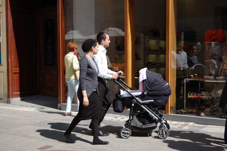 Multikulti – Bécs erősen multikulti és európai nagyváros lévén a nemzetiségen túl is tényleg mindenféle ember megtalálható itt. Teljesen más az utcakép, mint otthon. Egymást után mennek el melletted: egy skinhead; egy burkát viselő arab nő; egy szinte a múlt századból idetévedt, kalapos, elegáns férfi; egy ébenfekete bőrű néger; egy ízig-vérig hippie lány stb. stb. Bécs néha olyan, akár egy kirakat. (bevásárlóutca, Bécs) - (Fotó: Laslavic Tímea)