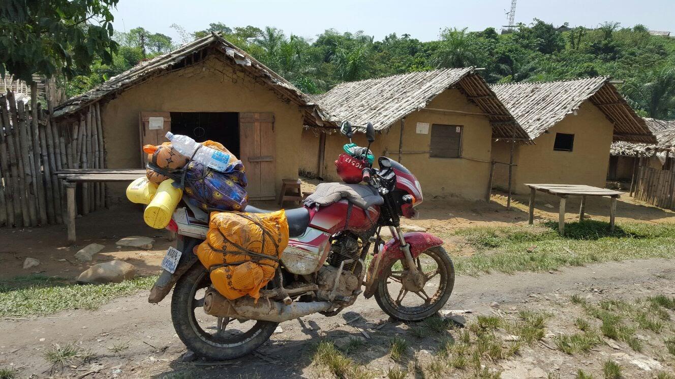 Ha nincs tshukudu, motorral megyünk. És viszünk mindent. (Mpofi, Kongói DK) (Kép: Andreas Karpati)