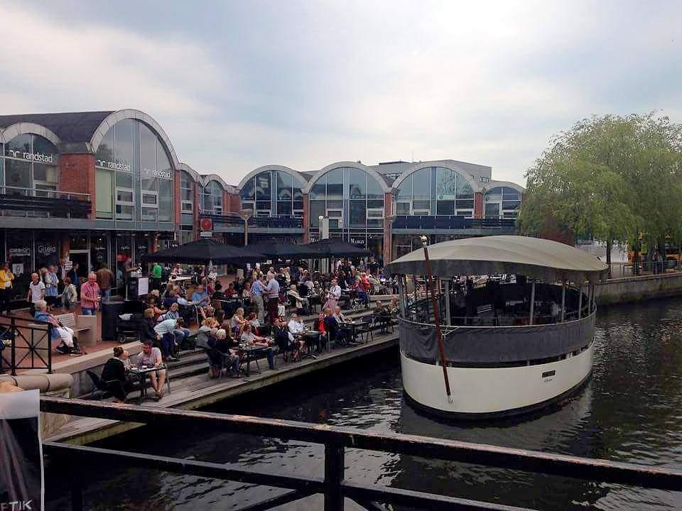 Délutáni falatozás,kávézgatás, lazulás a folyóparton – a hajón pedig egy helyi zenekar muzsikál. Kolding belvárosa igazán hangulatos is tud lenni, ha a szeszélyes időjárás engedi. - (Fotó: Könyves Viki)