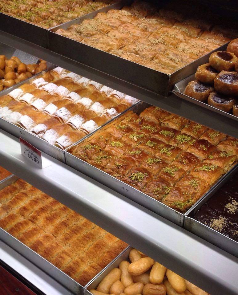 Tradicionális szirupos édességek, középen a zöld tetejű a baklava (Fotó: Sztogi)