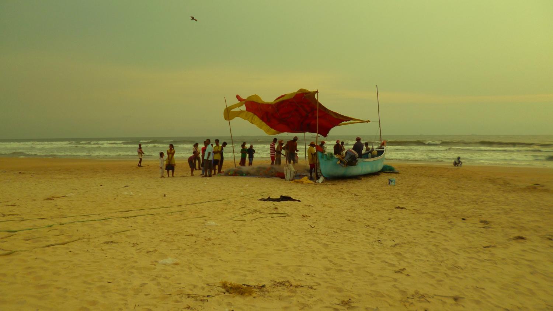 Shuratkal egyetemi város tengerpartján halászok a vadászat után szemlélik a zsákmányt. - (Fotó: Szabó Rolasd)
