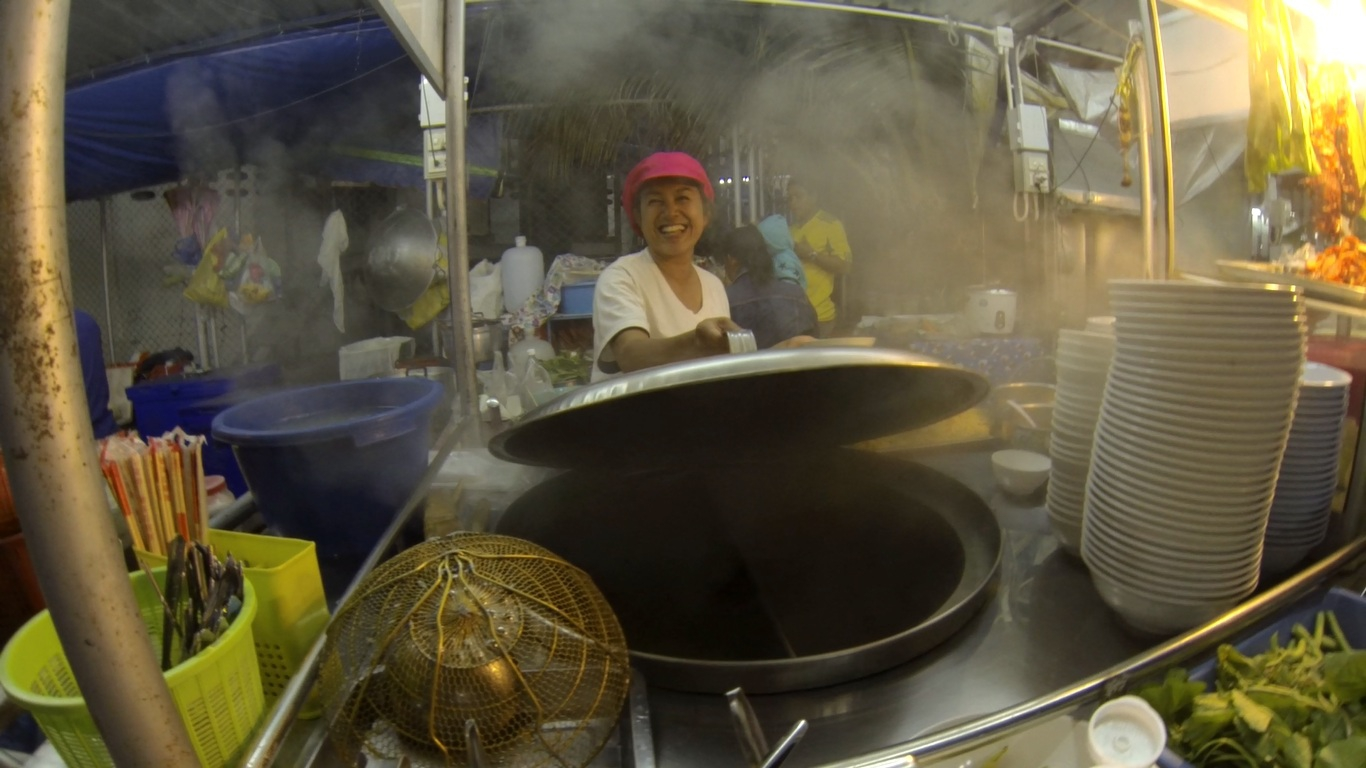 A vacsorázó-piacon minden vendéglátó örömmel kínálja a saját főztjét. - (Fotó: The Epic Gust)