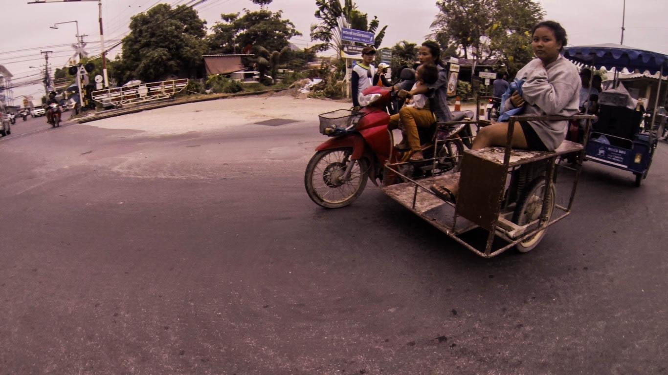 Ha a motorra már nem fér fel minden és mindenki tákolnak hozzá egy oldalkocsit. - (Fotó: The Epic Gust)