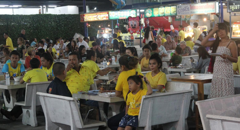 Vacsorázó családok Hua Hin legismertebb esti ételpiacon – a király születésnapján a legtöbben sárgába öltözve. - (Fotó: The Epic Gust)