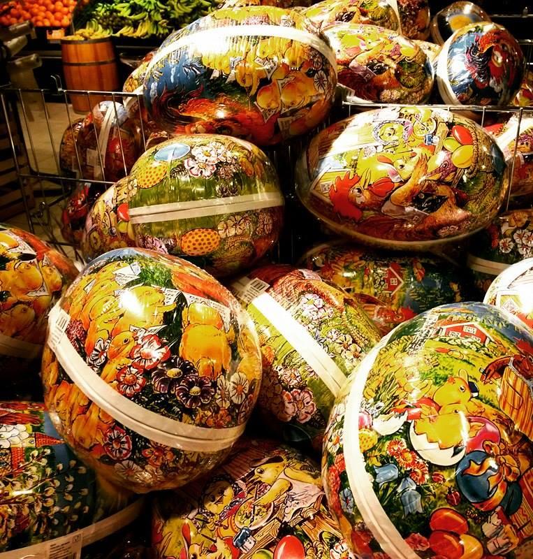 Óriási papírtojások várakoznak húsvétra az üzletekben (Fotó: Szabó Vivien)