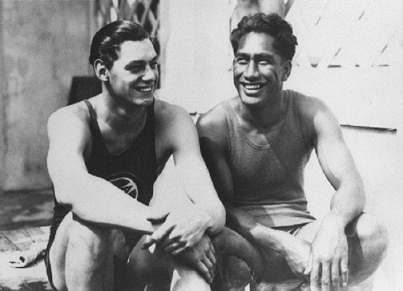 Duke, jobbján Johnny Weismüller úszóbajnokkal és jó baráttal (Fotó:wikimedia)