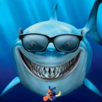 Egy szemüveges cápa úszkál a tengerben...