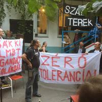 A rendőrök tétlenségükkel bátorították a homofób garázdákat
