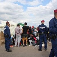 Felelős kormány így nem bánik (el) menekülőkkel és rendőrökkel