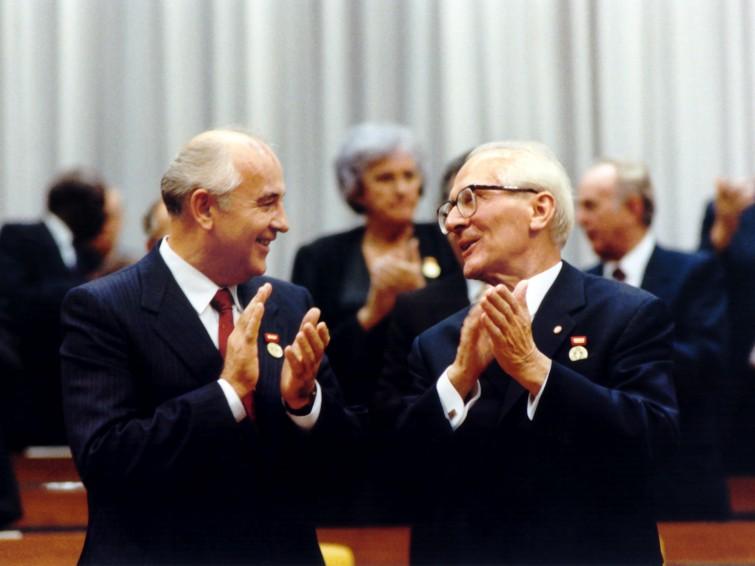 gorbacsov_honecker.jpg