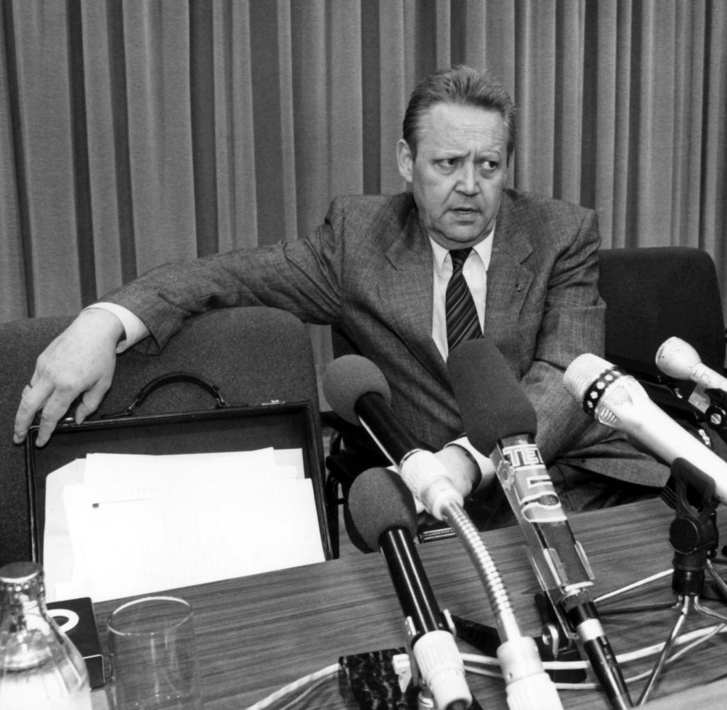 opening-of-the-wall-press-conference-of-guenter-schabowski.jpg