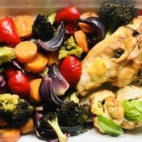Sült zöldségek, sajttal töltött csirkemellel