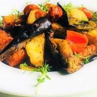 Sütőben sült zöldségek, friss fűszernövényekkel