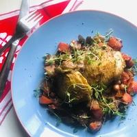Sült csirkecombok szilvás-zsályás zöldségekkel