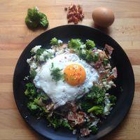 Egy kis könnyített ebéd a nagy zaba után - bacon-ös, brokkolis rizs tükörtojással