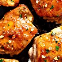 Fokhagymás, ragacsos csirkecombok