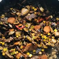 Fűszeres marhahús csíkok pirított zöldségekkel
