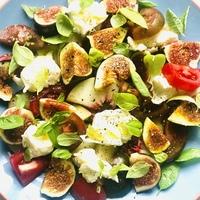 Nektarinos-fügés saláta pardicsommal és mozzarellával