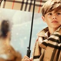 Romeo Beckham a Burberry karácsonyi kampányában