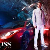 Jenson Button a Boss-nak pózol!