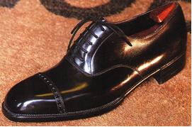 e9f2aba7dde5 Derbi: ellentétben az Oxford-dal, ez egy nyitott fűzésű cipőtípus, a szárak  a fejre borulnak, a fejet és a nyelvet egyetlen bőrdarabból szabják ki, ...