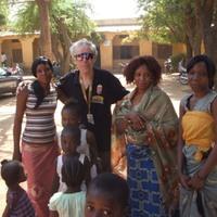 A Hetes Busz bamakói hétköznapjai. A legénység alatt még hullámzik a föld.