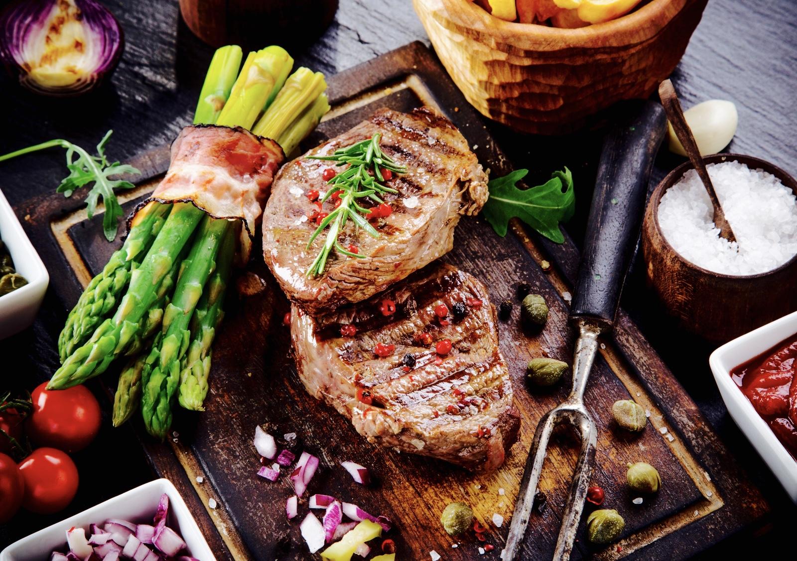 club-beef-steak-pepper-sauce-and-grilled-vegetables_1.jpg